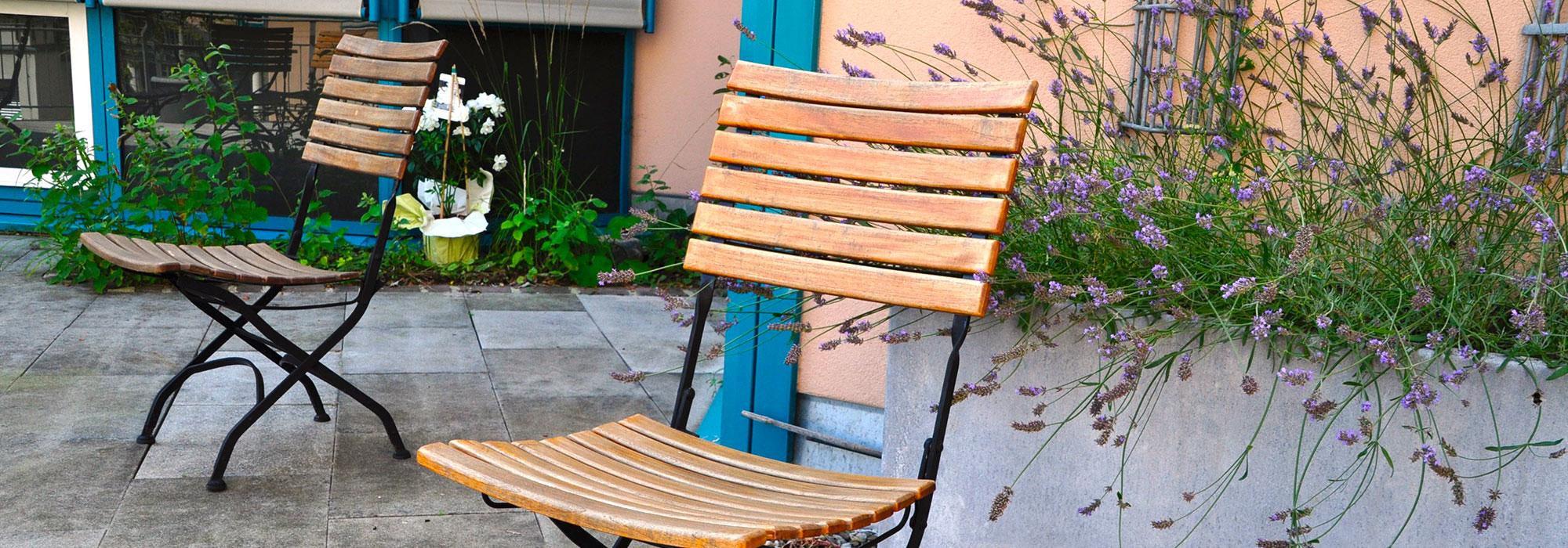 2_Gartenstühle-mit-Lavendel-auf-Terrasse
