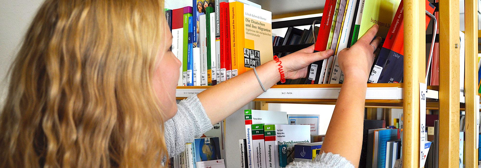 6_Bibliothek_Szene-am-Regal
